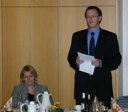 Tobias Kühbacher gegrüßt Karin Kortmann, die Unterbezirksvorsitzende der SPD Düsseldorf.