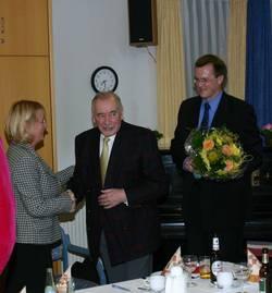 Hans Hellings wird von Karin Kortmann und Tobias Kühbacher für 50 Jahre Mitgliedschaft in der SPD geehrt.