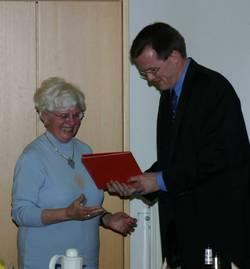 Edith Köhne erhält ihre Ehrenurkunde für 25 Jahre Mitgliedschaft in der SPD.